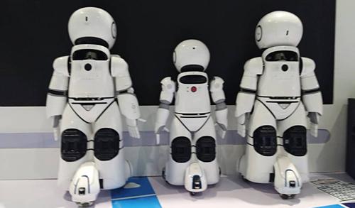一大波智能教育機器人亮相鄭交會人工智能展區